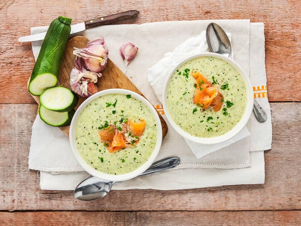 Courgette-tijm soep met gerookte vis