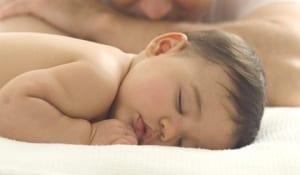 Vídeo de bebê lutando com o pai vira  sucesso nas redes sociais