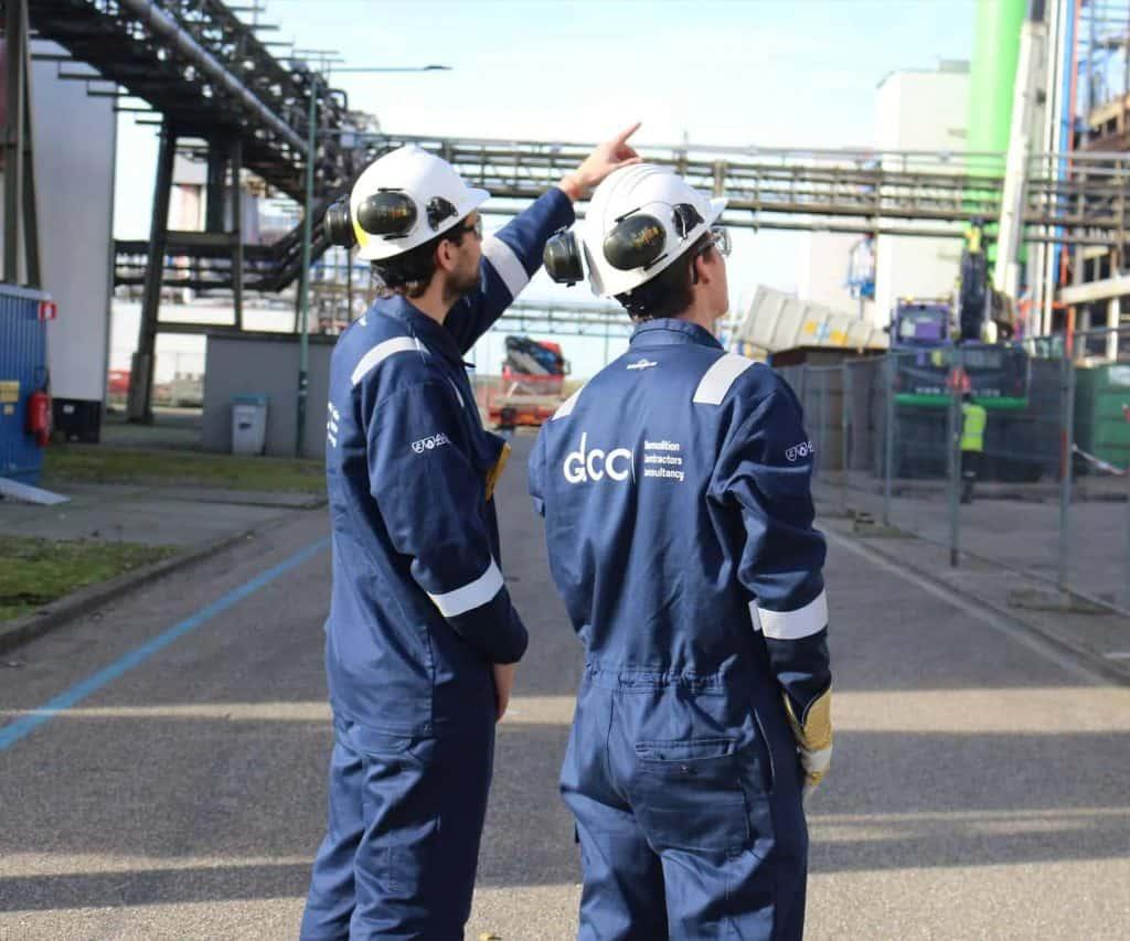Medewerkers van DCC sloopwerken op industriële locatie