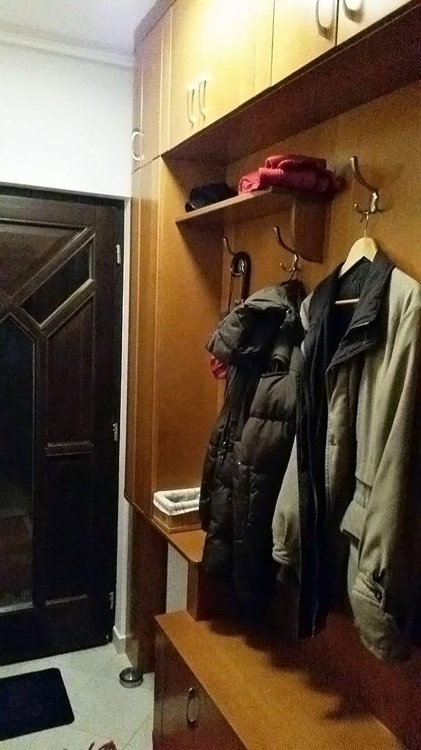 Előszobafal kalaptartóval és szekrényekkel