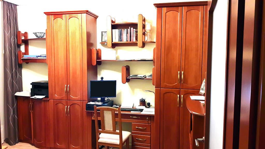 Szekrények kzött íróasztal iratszekrénnyel