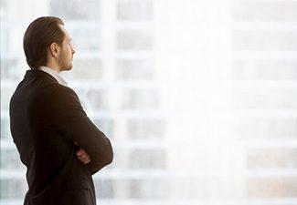 biznesmen rozmyśla przy oknie w biurze
