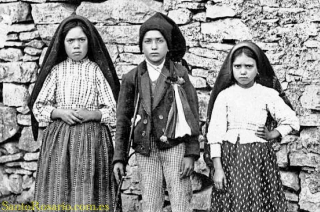 Los tres pastorcillos de Fátima: Lucía, Francisco y Jacinta fueron captados luego de las apariciones de Fátima en 1917. (Foto SantoRosario.com.es: Hemeroteca SR)