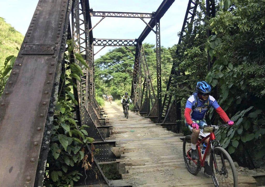 Ciclistas en la vía sin uso en Agua Caliente