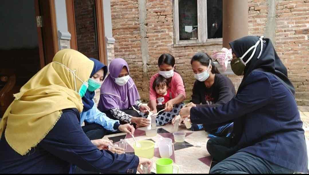 KKN UIN WALISONGO Dan KKN UMK Kudus Adakan Pelatihan Pembuatan Handsanitizer Bersama Warga