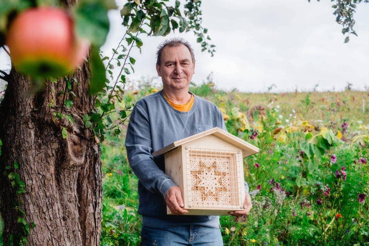 Jürgen Schwandt mit Bienenhotel