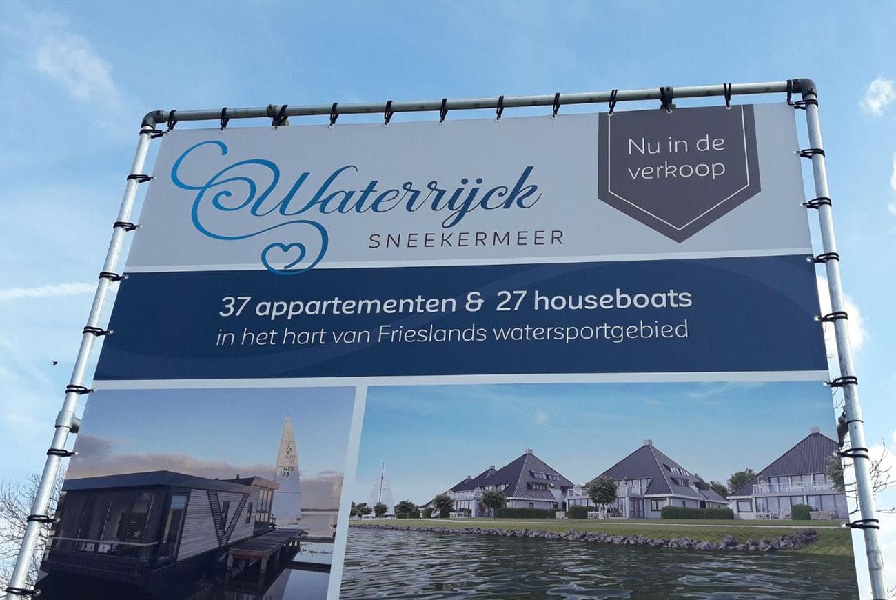 Vakantiemakelaar branding Waterrijck Sneekermeer bouwbord