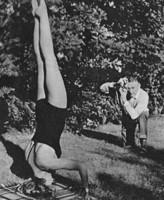 Dinah Grace im Kopfstand 1958