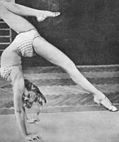 Dinah Grace im Handstand