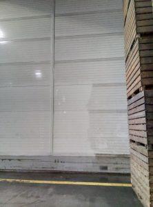 Mycie ścian hali magazynowej