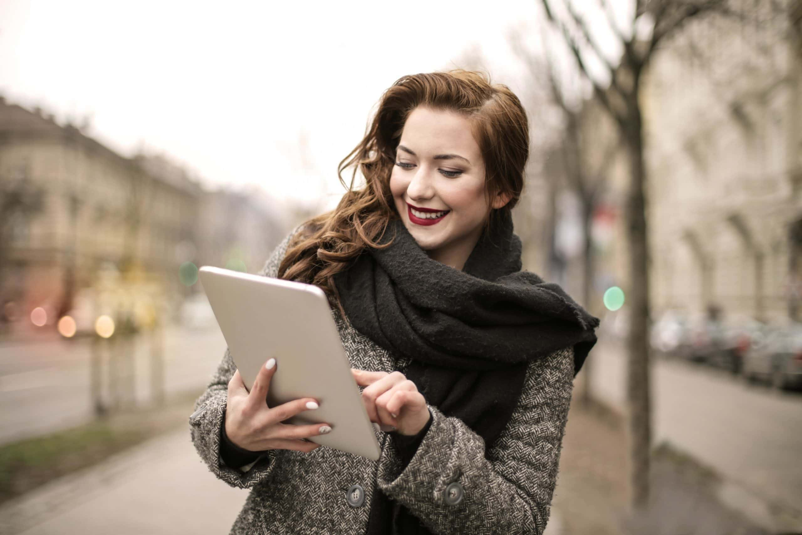 mujer usando tablet