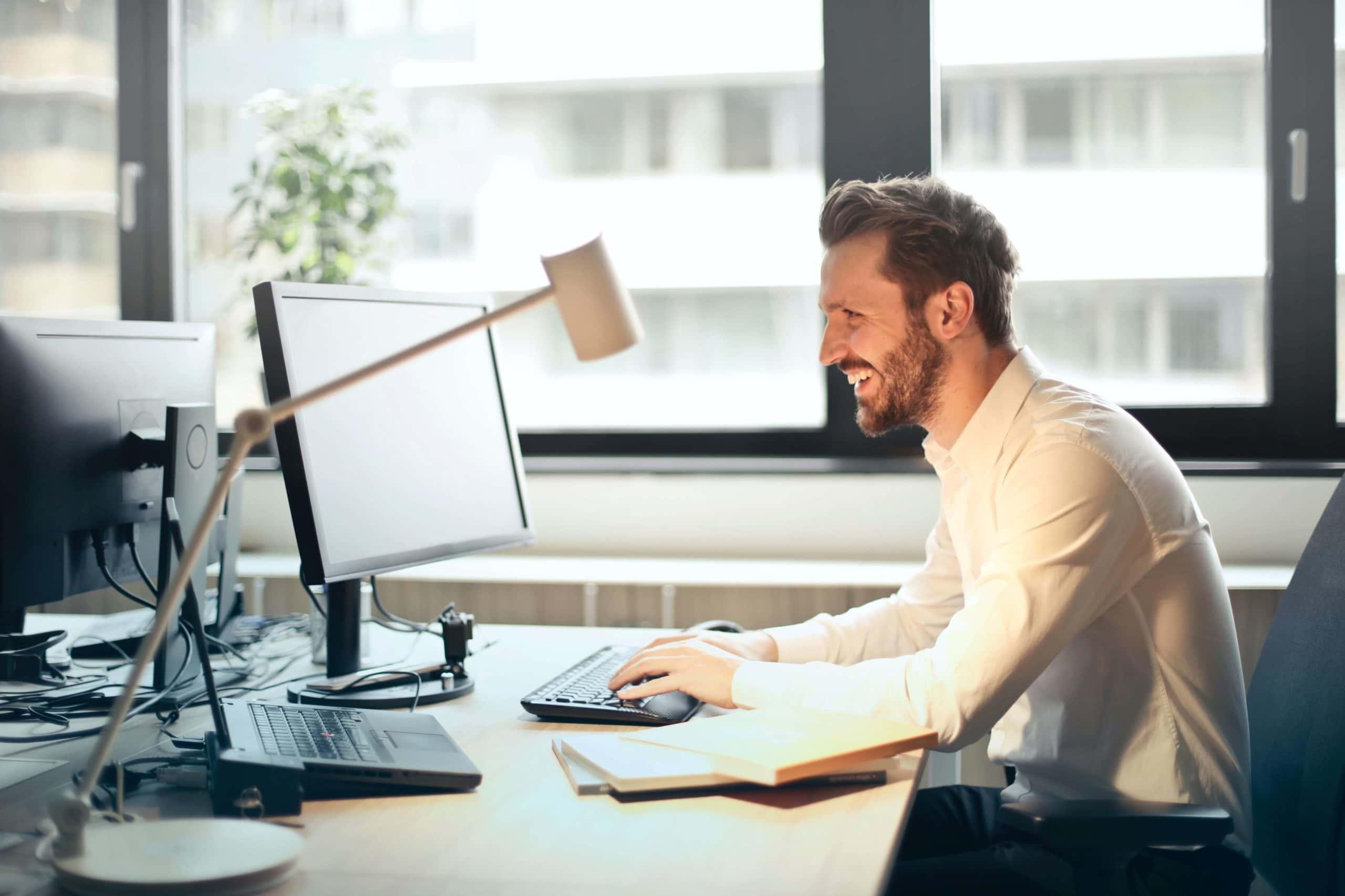 hombre trabajando en ordenador
