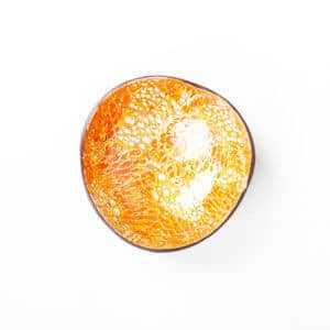 Kokosnussschale mit orangenem Mosaikmuster von oben fotografiert