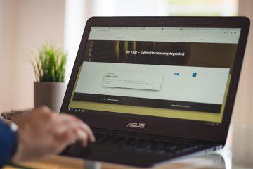 Arbeiten am Laptop mit geöffneter Website