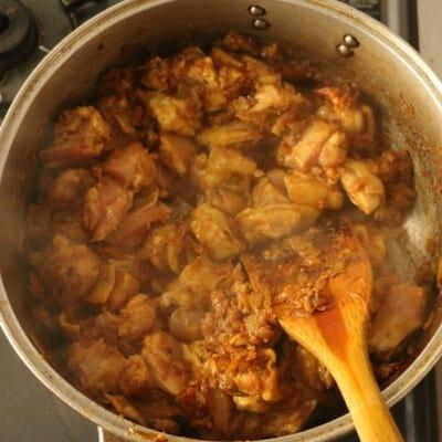 コリアンダーチキンカレー、鶏肉を炒める