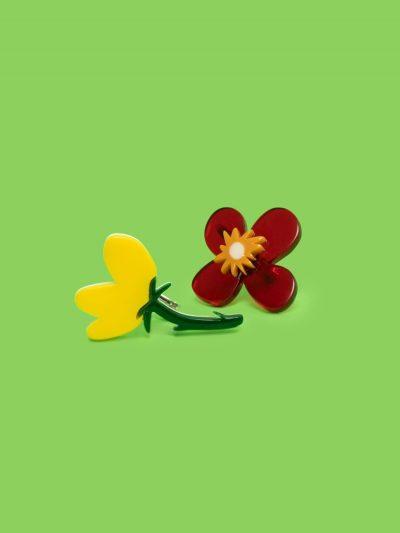 pendientes asimétricos dos flores con fondo