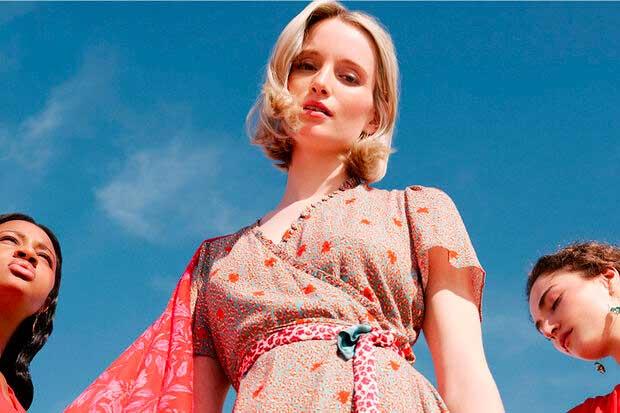 Ook deze zomer maakt de lange jurk deel uit van het straatbeeld