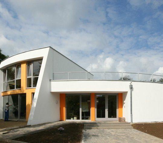 2 Eine Montessori Grundschule in moderner Architektur