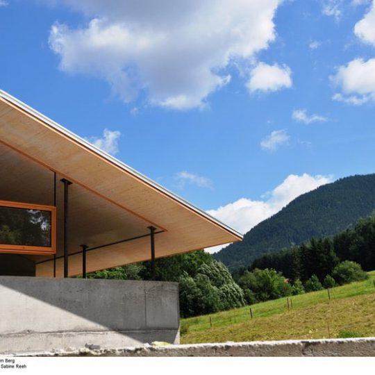 """Das """"schwebende"""" Dach am Fuße des Berges. Bild: BR/Sabine Reeh."""