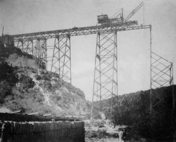 Construcción del viaducto sobre el río Las Vacas