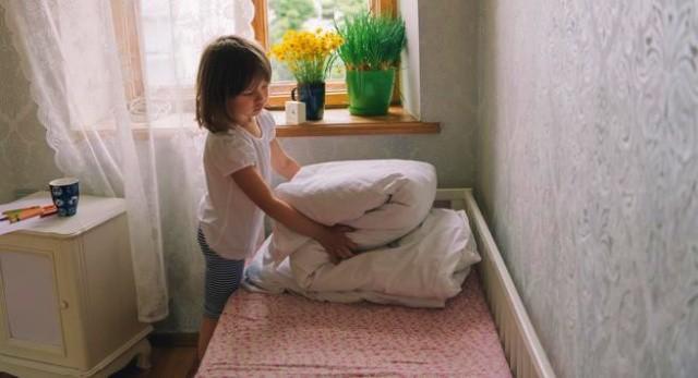 Rapikan dan bersihkan tempat tidur anak