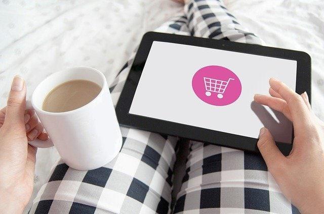 自宅でネットショッピングする女性