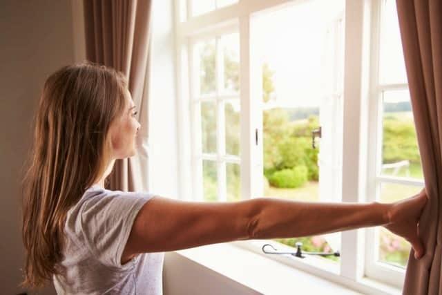 Biasakan membuka jendela untuk menjaga sirkulasi udara kamar sikecil