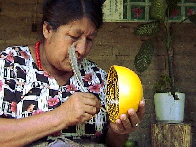 Mujer trabajando la artesanía del morro