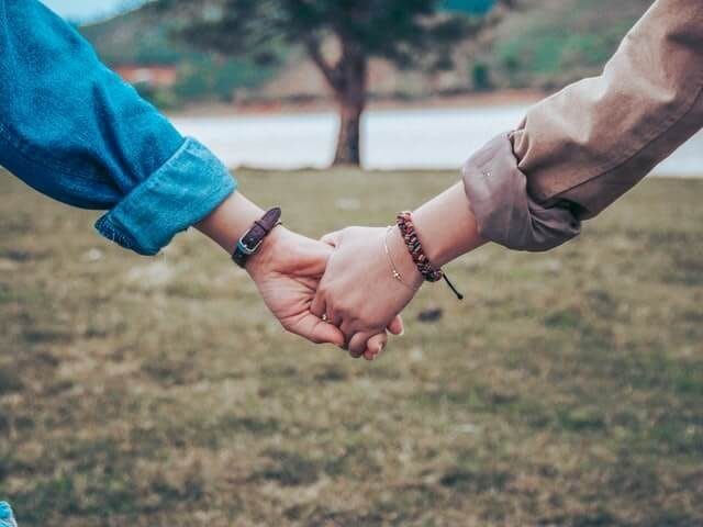 夫婦で仲良く手をつなぐ