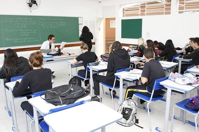O afastamento será com ônus limitado, ou seja, durante o período de estudos os docentes vão continuar recebendo o salário e demais benefícios