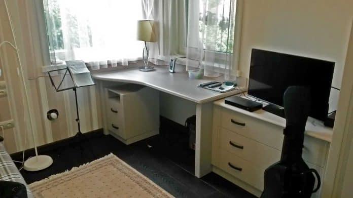 Fehér íróasztal a sarokban
