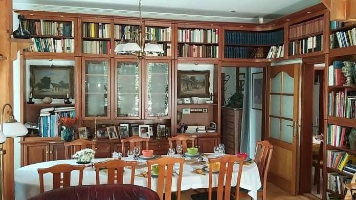 vitrines könyvszekrény étkezőasztallal