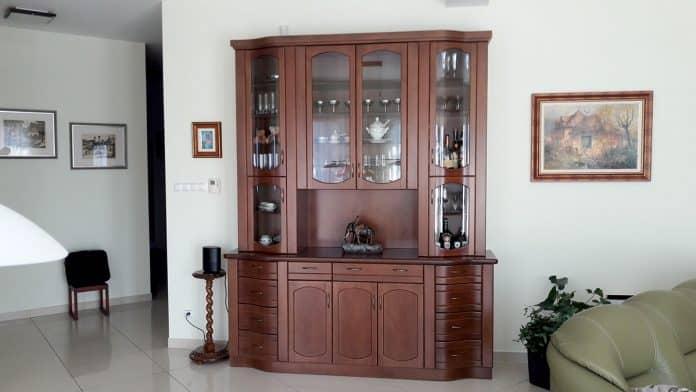 Tálalószekrény íves üveges ajtókkal