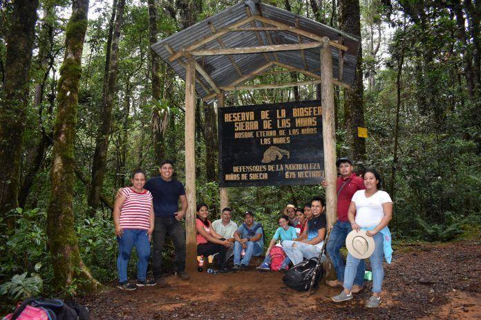 Expedición InfantiaN bajo el cartel de Reserva de la Biosfera en la Peña del Ángel