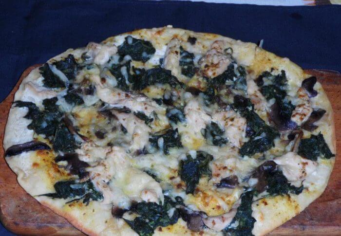 Pizza au poulet, aux épinards et au fromage de chèvre