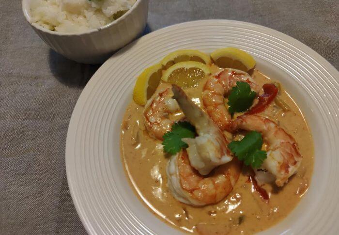 Gambas au curry rouge, riz thaï au citron et à la coriandre