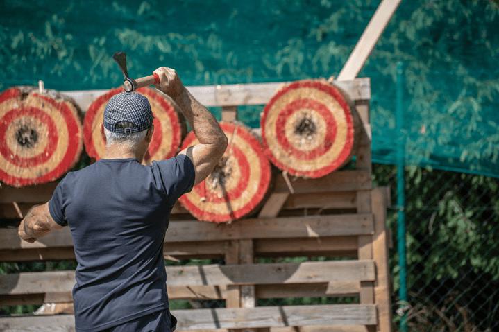 Axe whooping – Indoor Axe Throwing