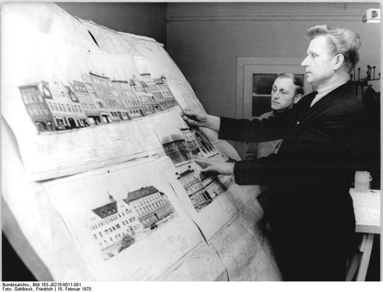 Bundesarchiv_Bild_183-J0218-0011-001,_Leipzig,_Architekt_am_Reißbrett