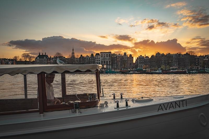Salonboot Avanti met prachtige zonsondergang
