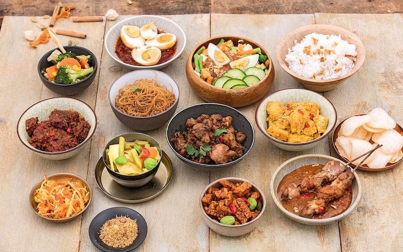 Indonesische rijsttafel op een salonboot
