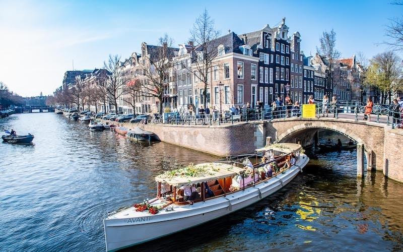 Uitvaart in Amsterdam op de Prinsengracht bij Amstelveld