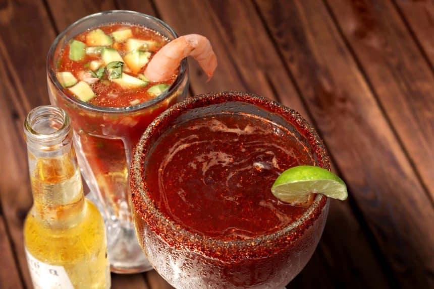 Bebidas mexicanas - Coctél de camarones y cerveza para quitarse la cruda