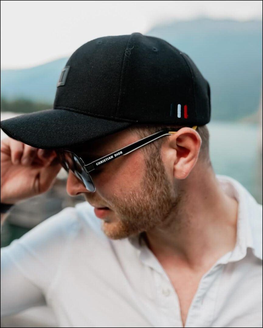 Christian Dior Sonnenbrille mit der Markenschrift am Modell Forerunner