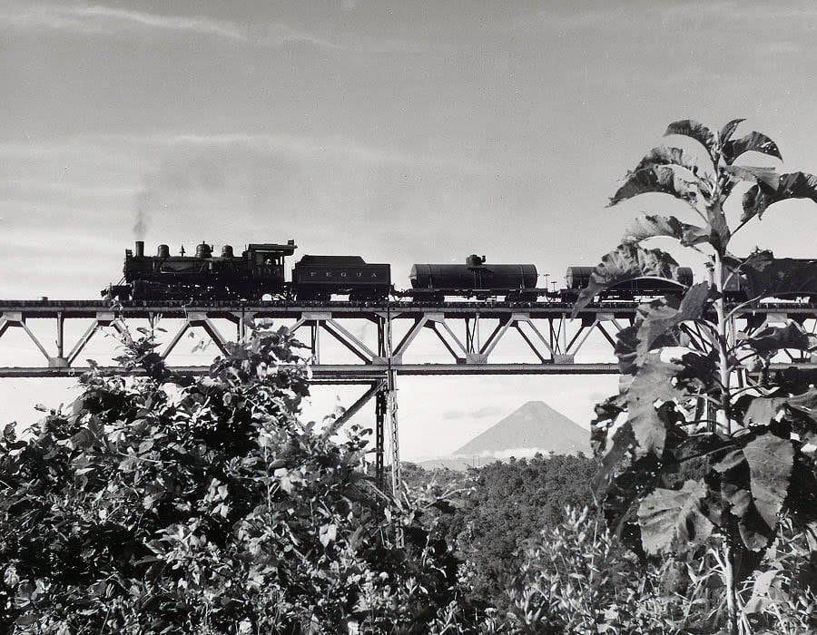Tren del Ferrocarril Central sobre un puente
