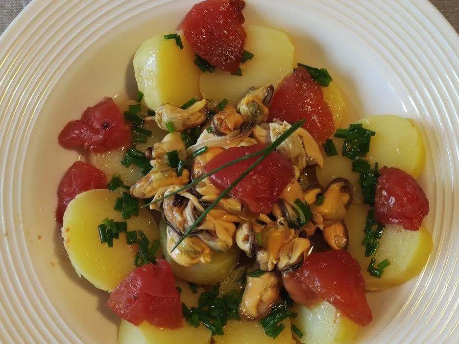 photo de salade de pommes de terre aux moules et aux tomates