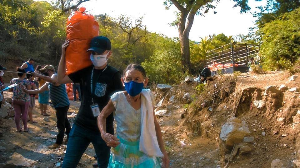 Joven ayuda a anciana en Gualán
