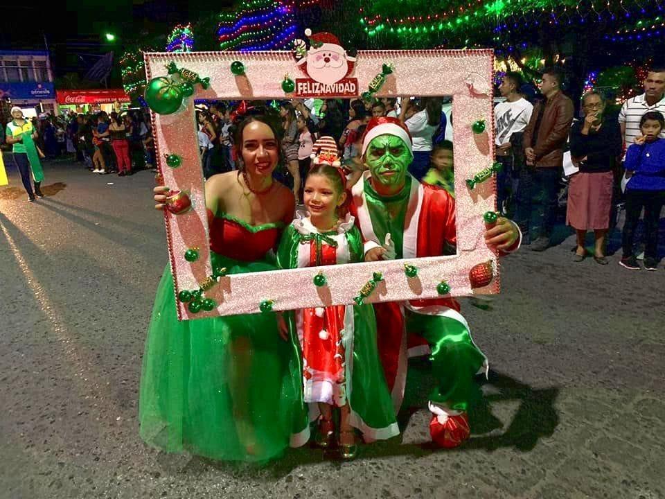 Retrato de familia en el desfile de Navidad Guastatoya 2019