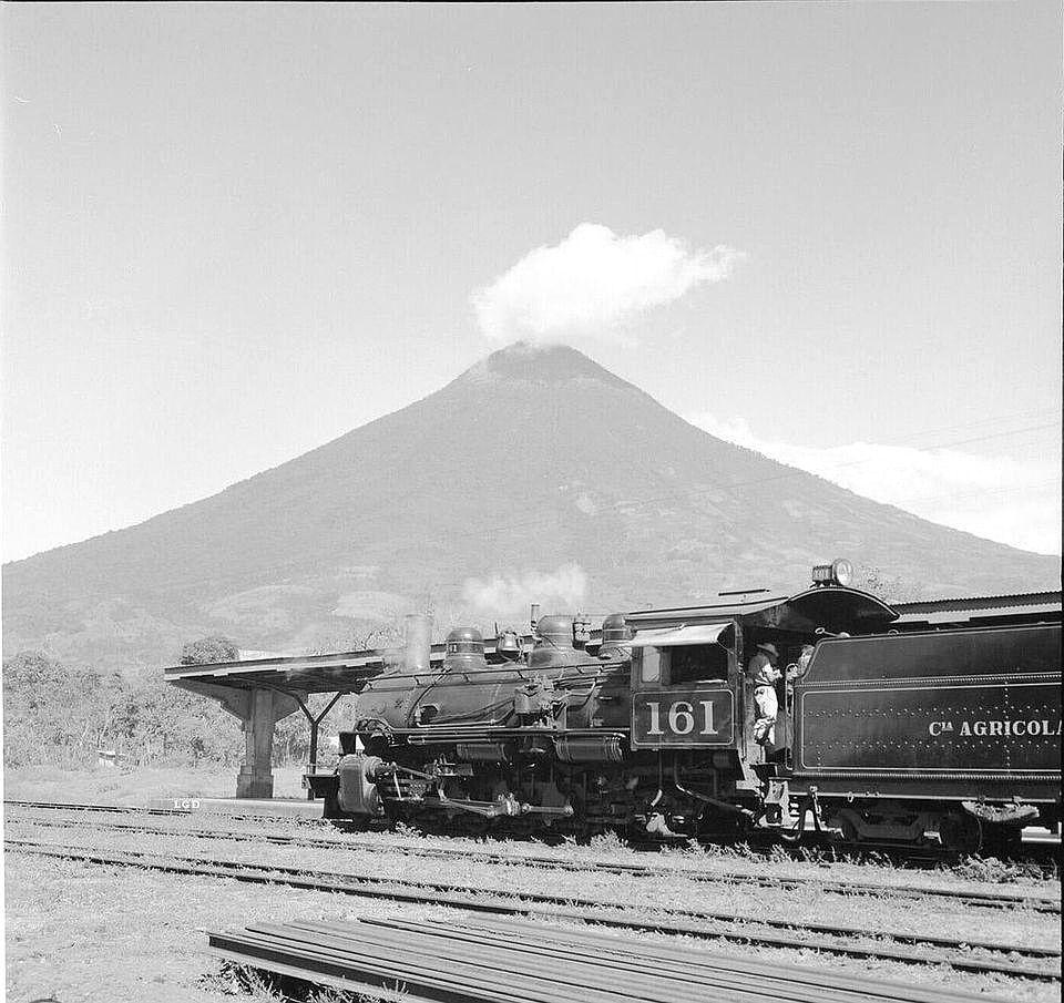 Imágenes icónicas del ferrocarril y el volcán
