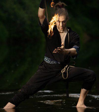 Jan als Samurai mit Rope Dart zeigt Feuershow Artistik