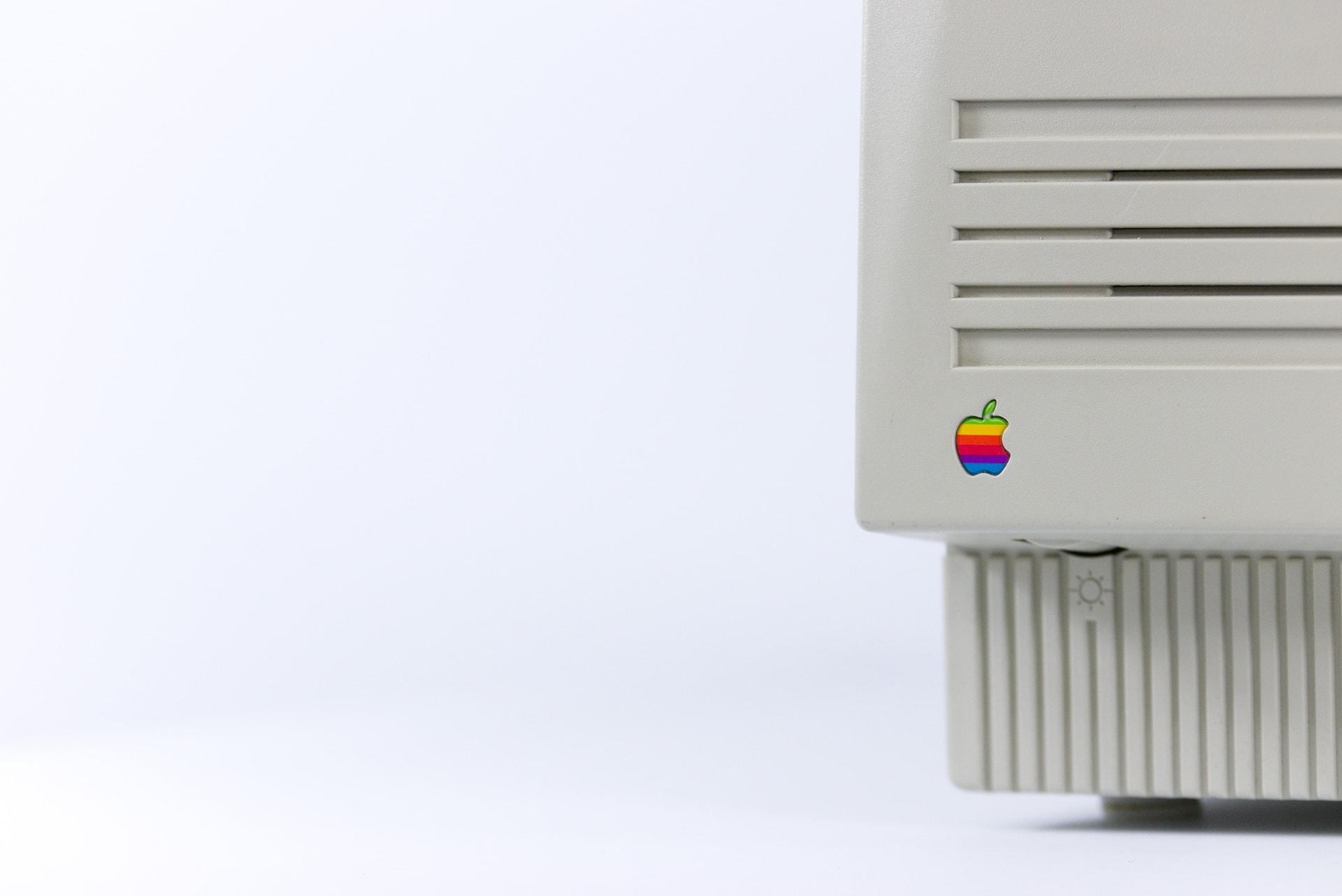 Logo apple na monitorze starego komputera